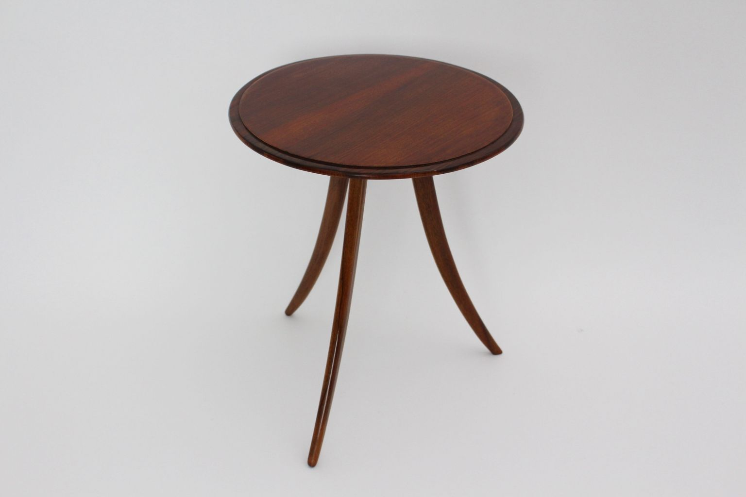 Table basse trois pieds par josef frank pour house and for Table basse trois pieds