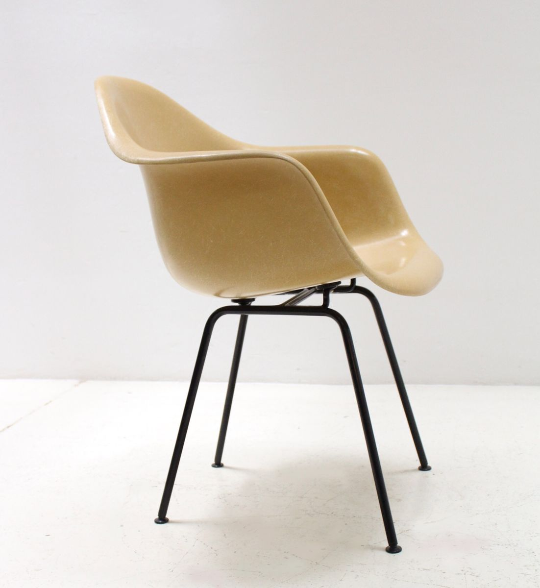fauteuil moutarde en fibre de verre par charles ray