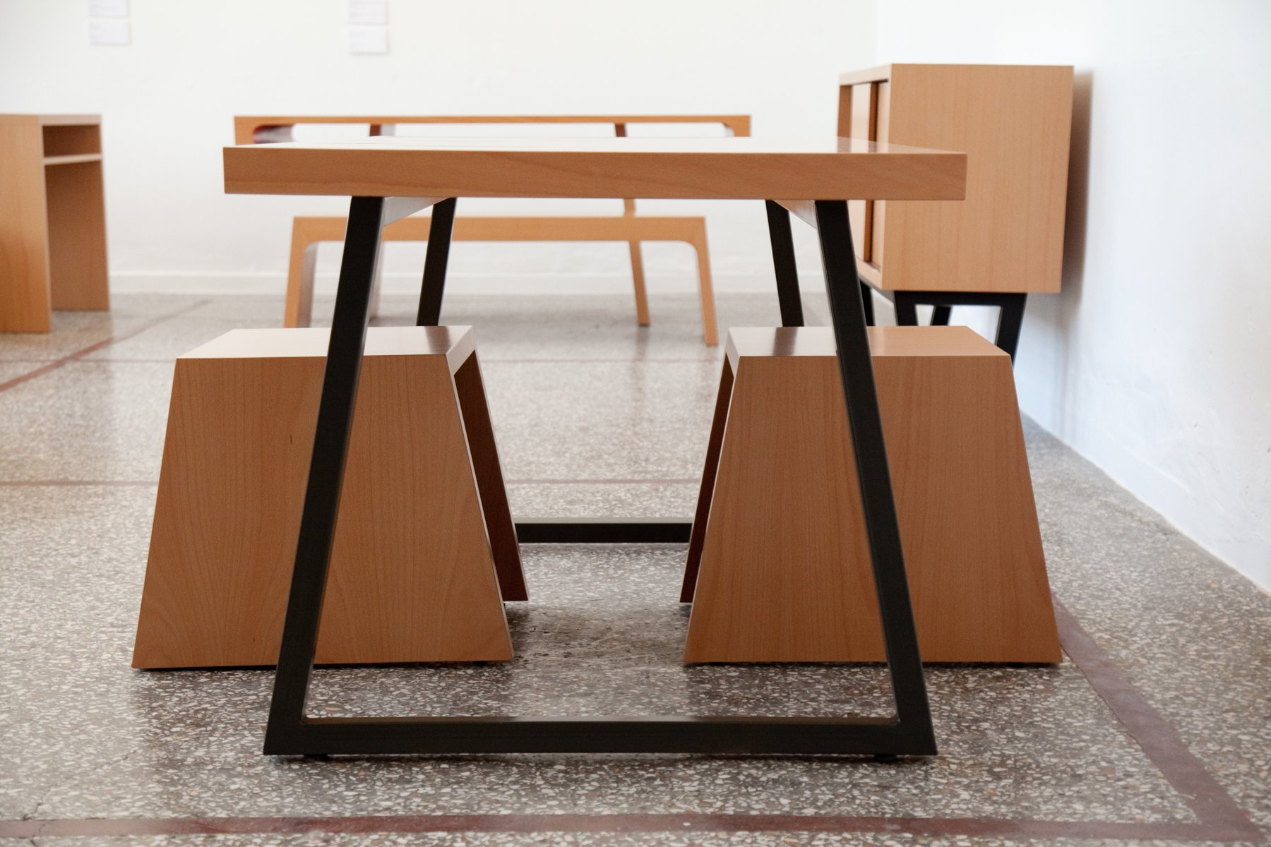 tisch mit metallgestell von maria vidali bei pamono kaufen. Black Bedroom Furniture Sets. Home Design Ideas