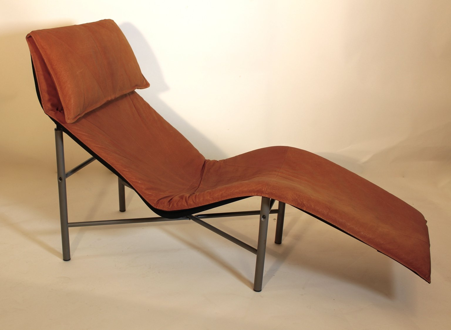 Brown leather chaise longue by tord bjorklund 1970s for for Chaise longue leather