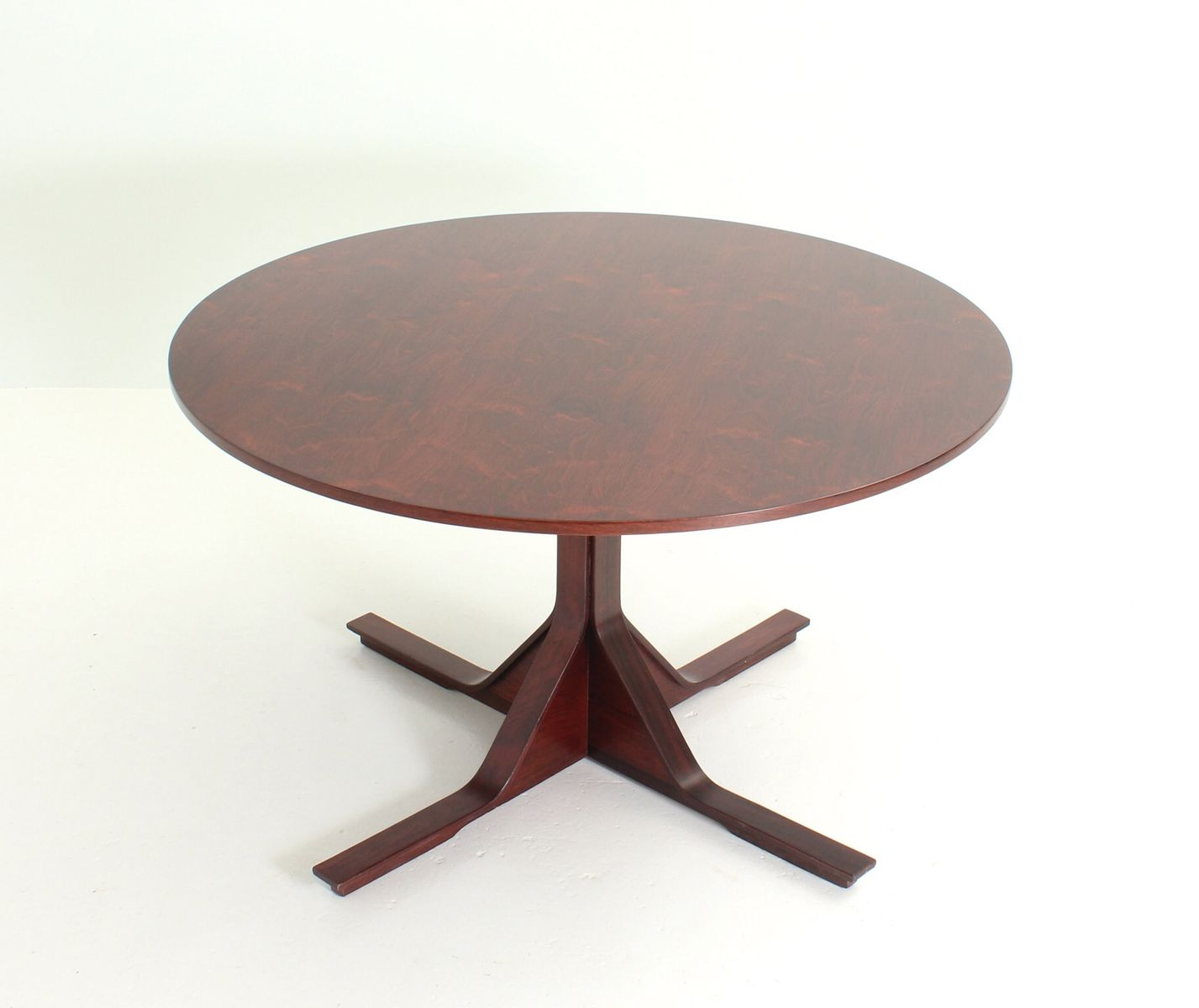 Round dining table by gianfranco frattini for bernini for Round table 99 rosenheim