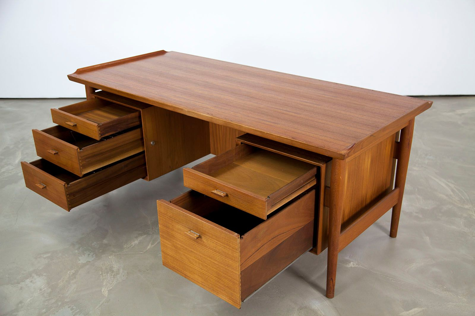 freistehender vintage teakholz schreibtisch von arne vodder f r sibast bei pamono kaufen. Black Bedroom Furniture Sets. Home Design Ideas