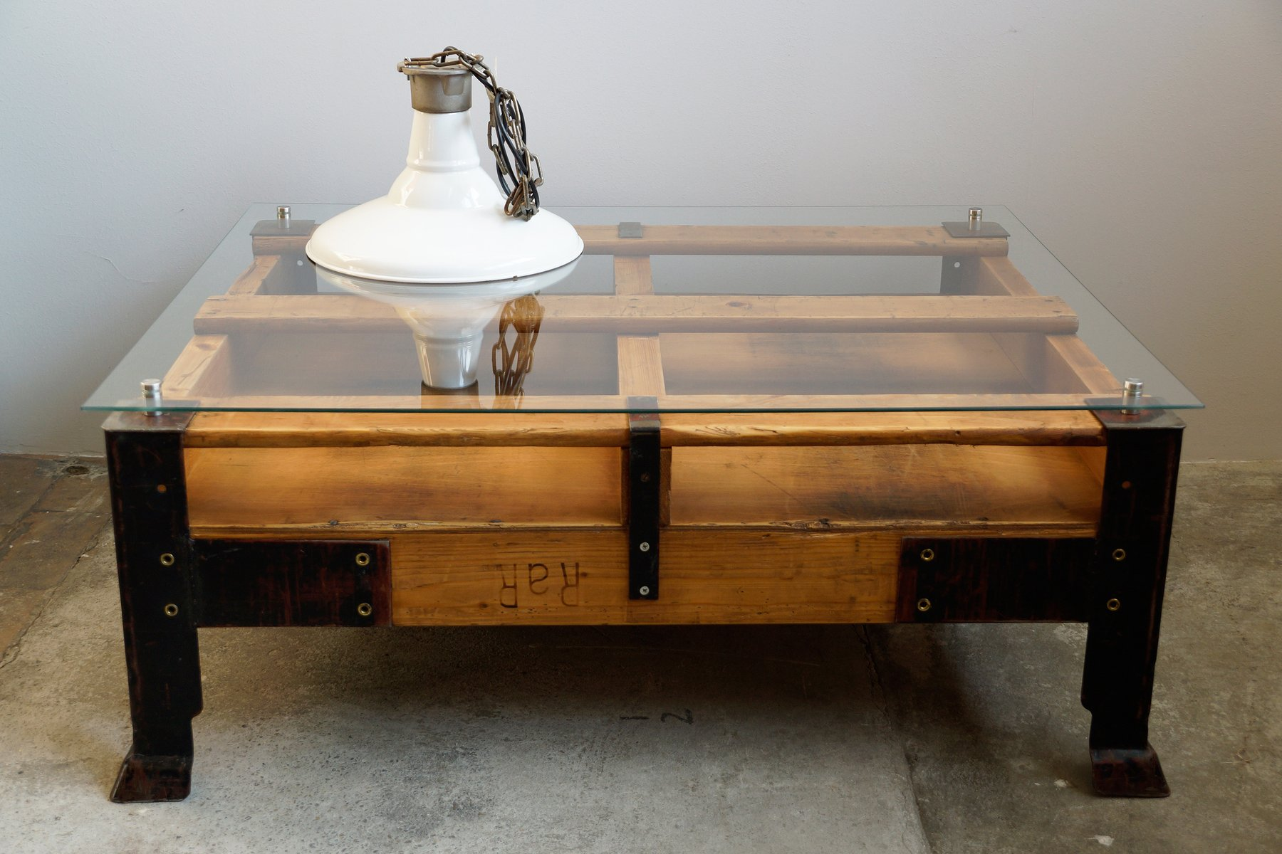 Table basse palette industrielle avec dessus en verre en vente sur pamono - Table basse dessus verre ...