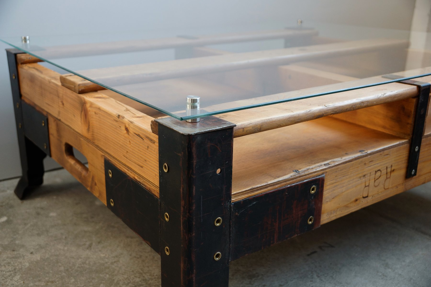 Industrial pallet coffee table with glass top for sale at - Table basse palette industrielle ...