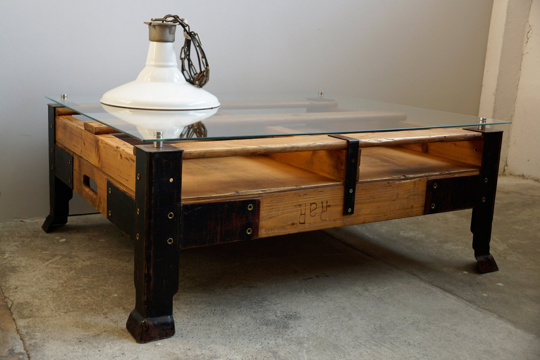 Industrial pallet coffee table with glass top for sale at - Palette en table basse ...