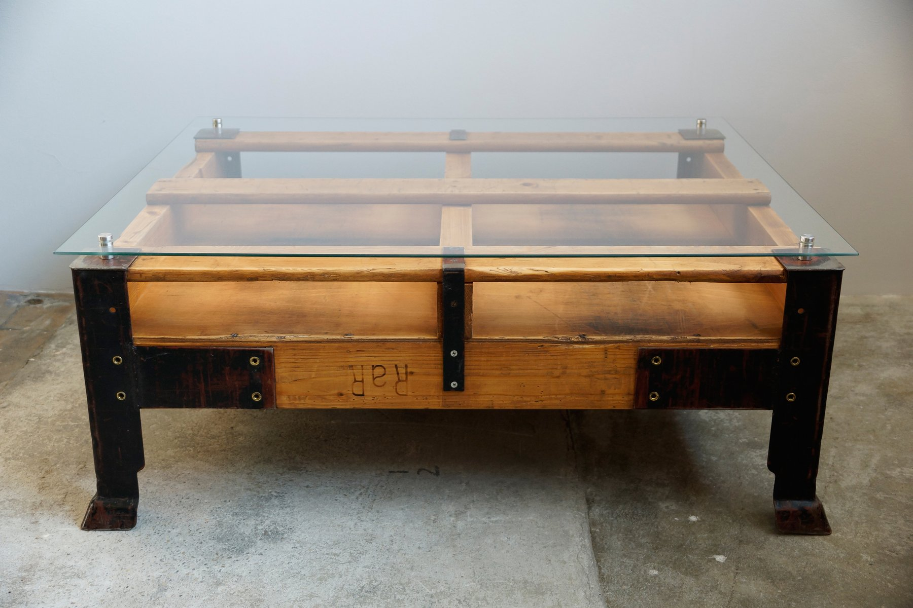 Industrial pallet coffee table with glass top for sale at for Table basse palette