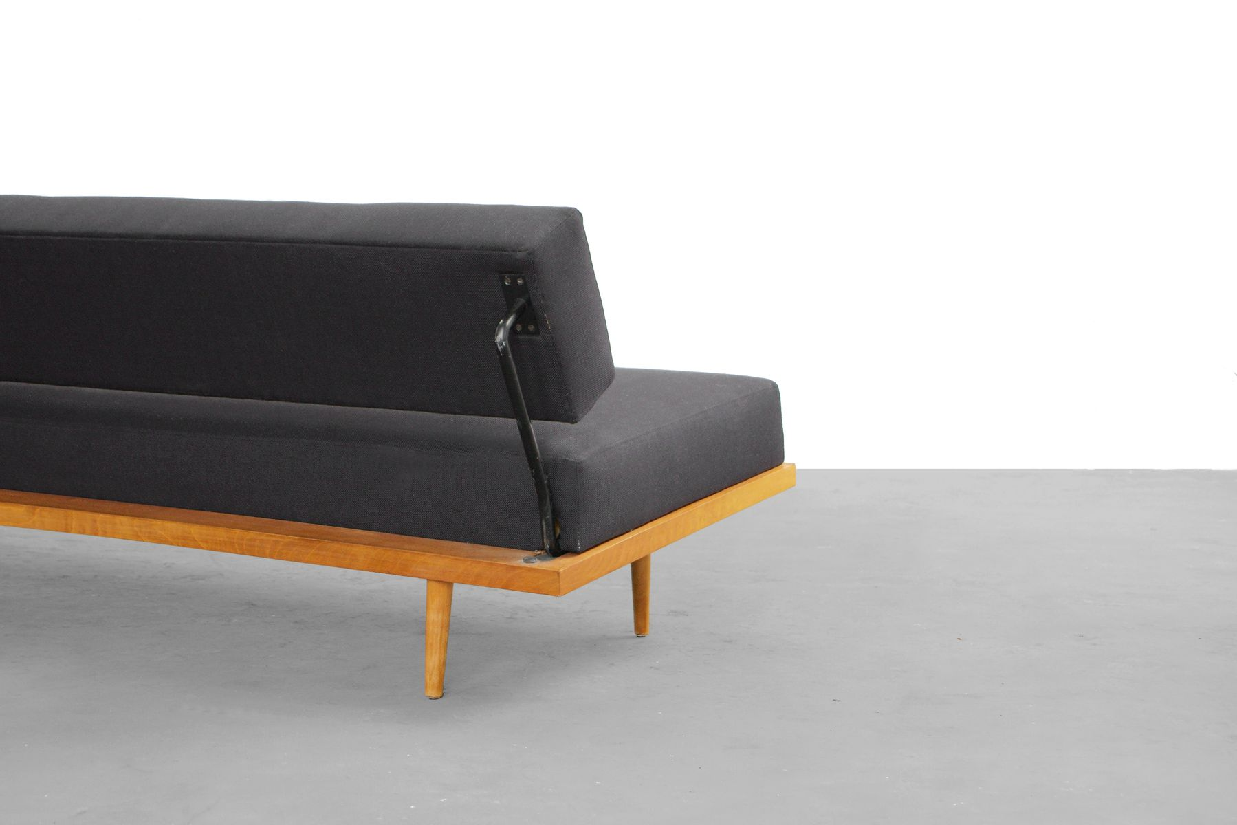 ausklappbares sofa mit buchen gestell von florence knoll bassett f r knoll international 1958. Black Bedroom Furniture Sets. Home Design Ideas