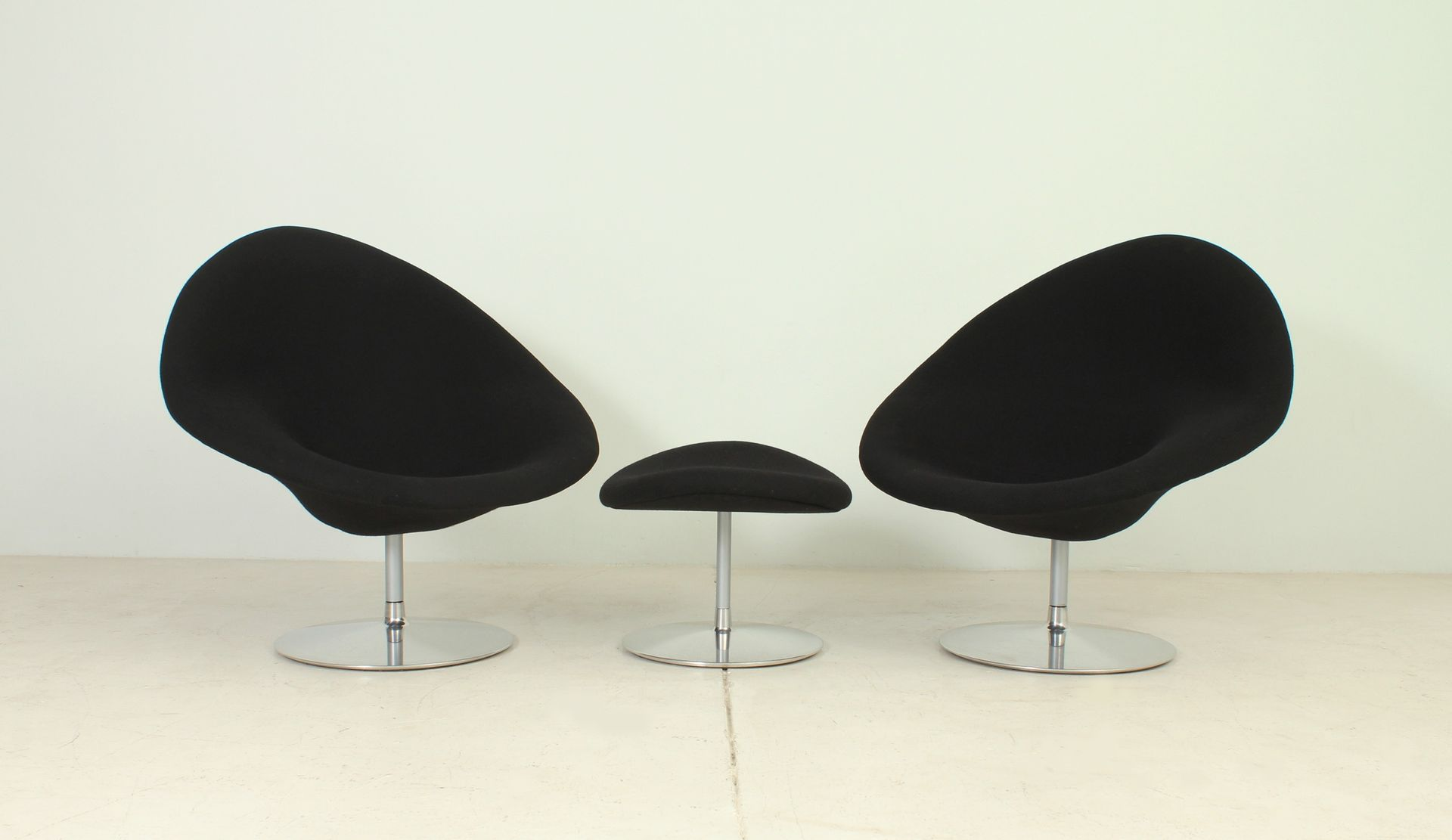 Globe Chairs And Ottoman By Pierre Paulin For Artifort, 1980s, Set Of 3