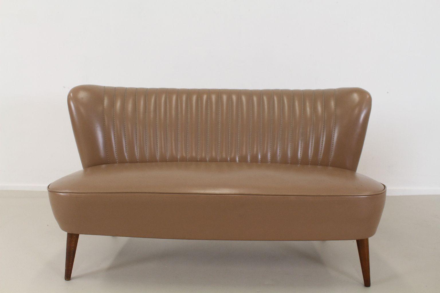kunstleder zweiersofa 1955 bei pamono kaufen. Black Bedroom Furniture Sets. Home Design Ideas