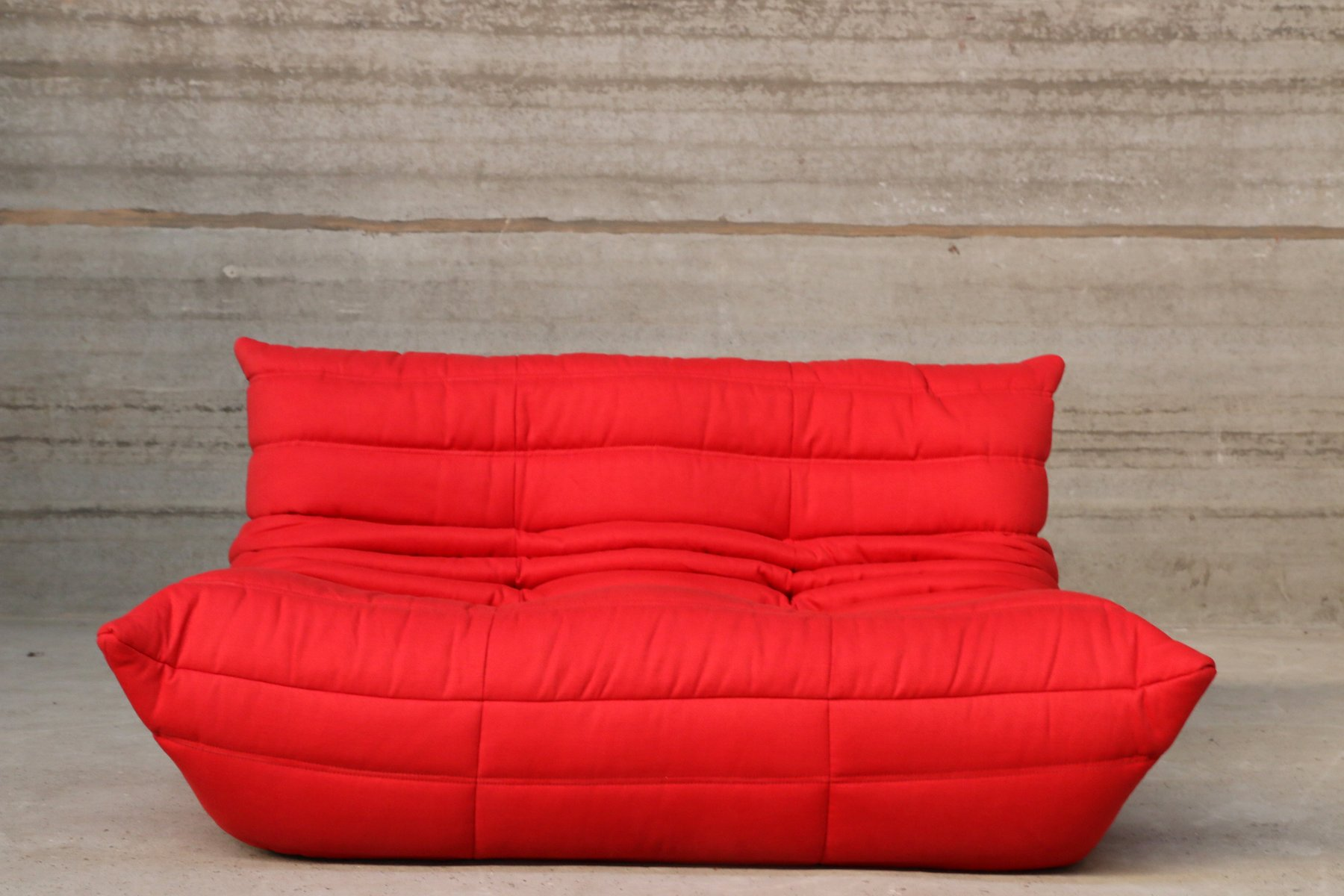canap deux places togo vintage rouge par ligne roset en vente sur pamono. Black Bedroom Furniture Sets. Home Design Ideas