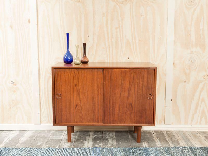 d nischer teak schrank mit zwei schiebet ren aus kai kristiansen bei pamono kaufen. Black Bedroom Furniture Sets. Home Design Ideas