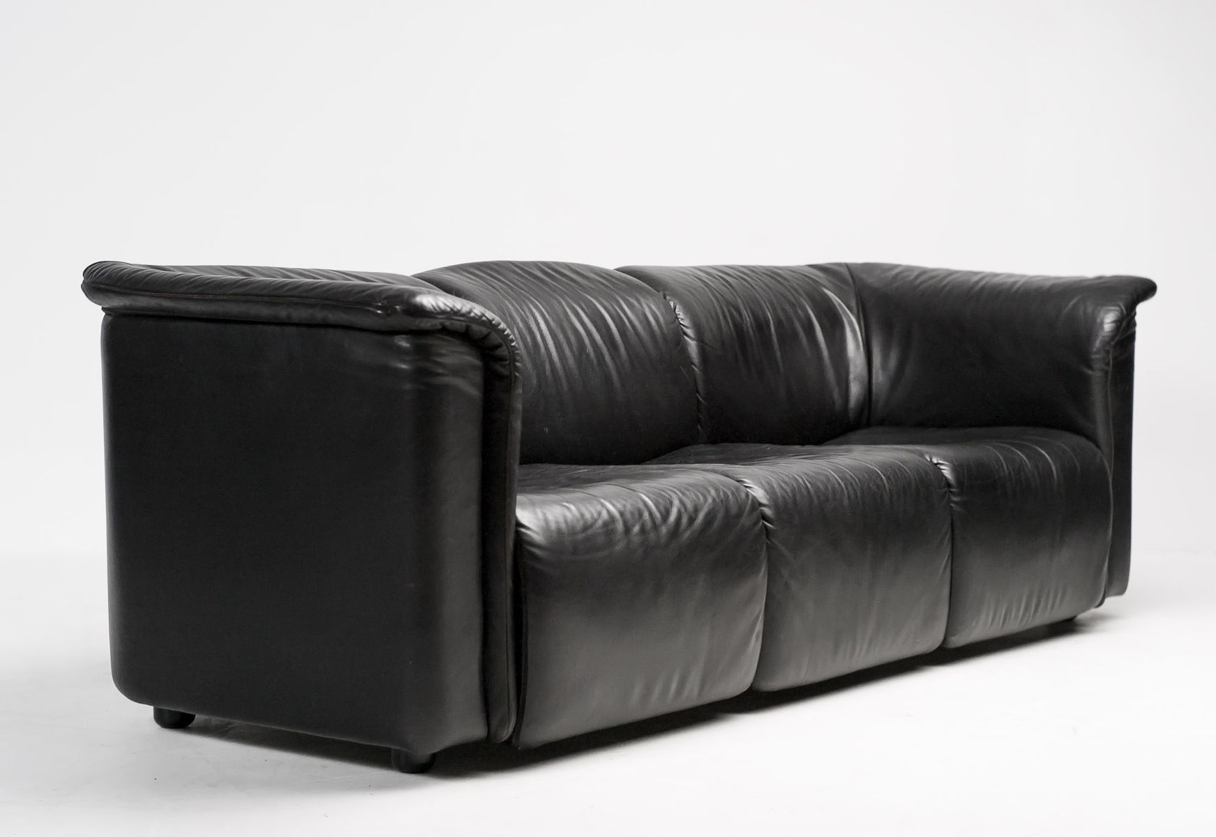 hochbarett black three seater sofa from wittmann moebel. Black Bedroom Furniture Sets. Home Design Ideas