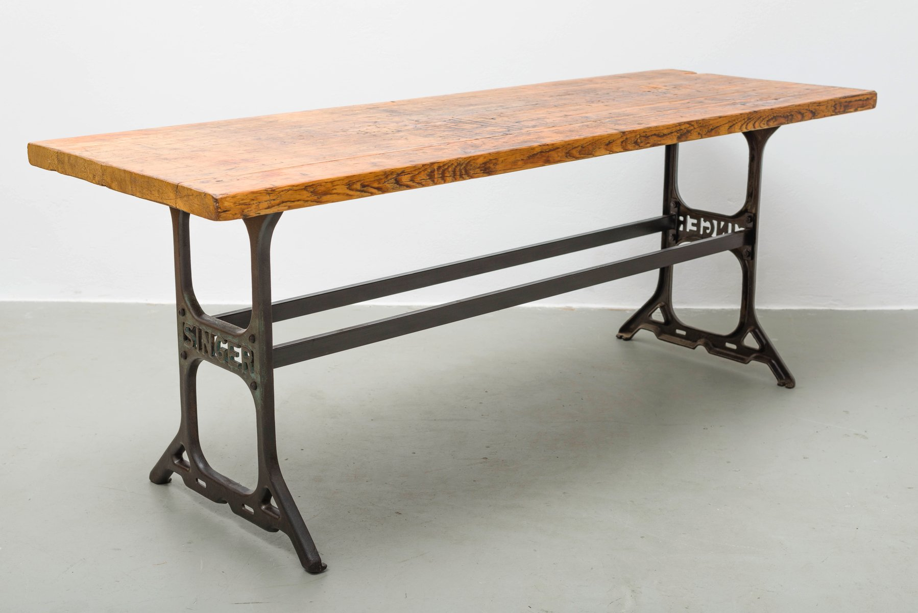 Table de salle manger industrielle r publique tch que for Table de salle a manger originale