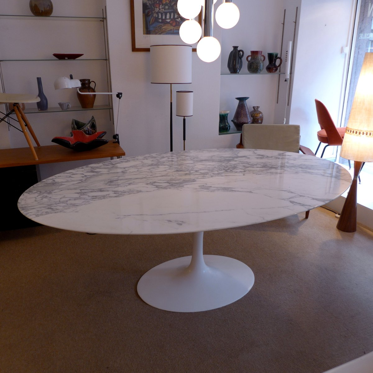 Table de salle manger ovale en marbre par eero saarinen for Table salle a manger ovale blanc
