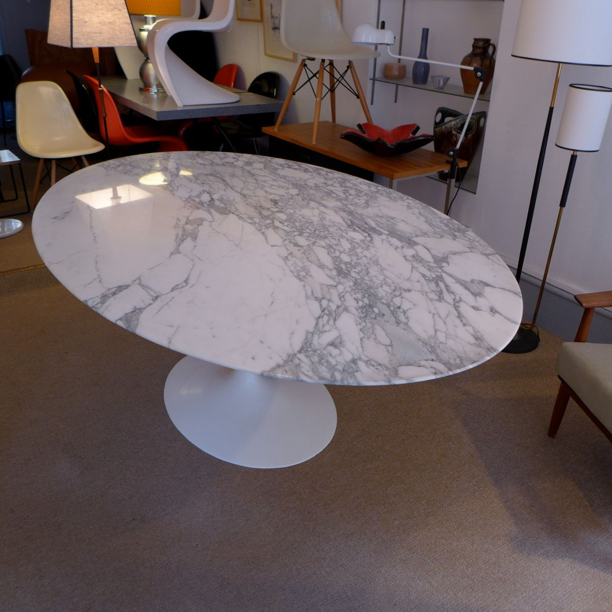 Table de salle manger ovale en marbre par eero saarinen for Table de salle a manger knoll