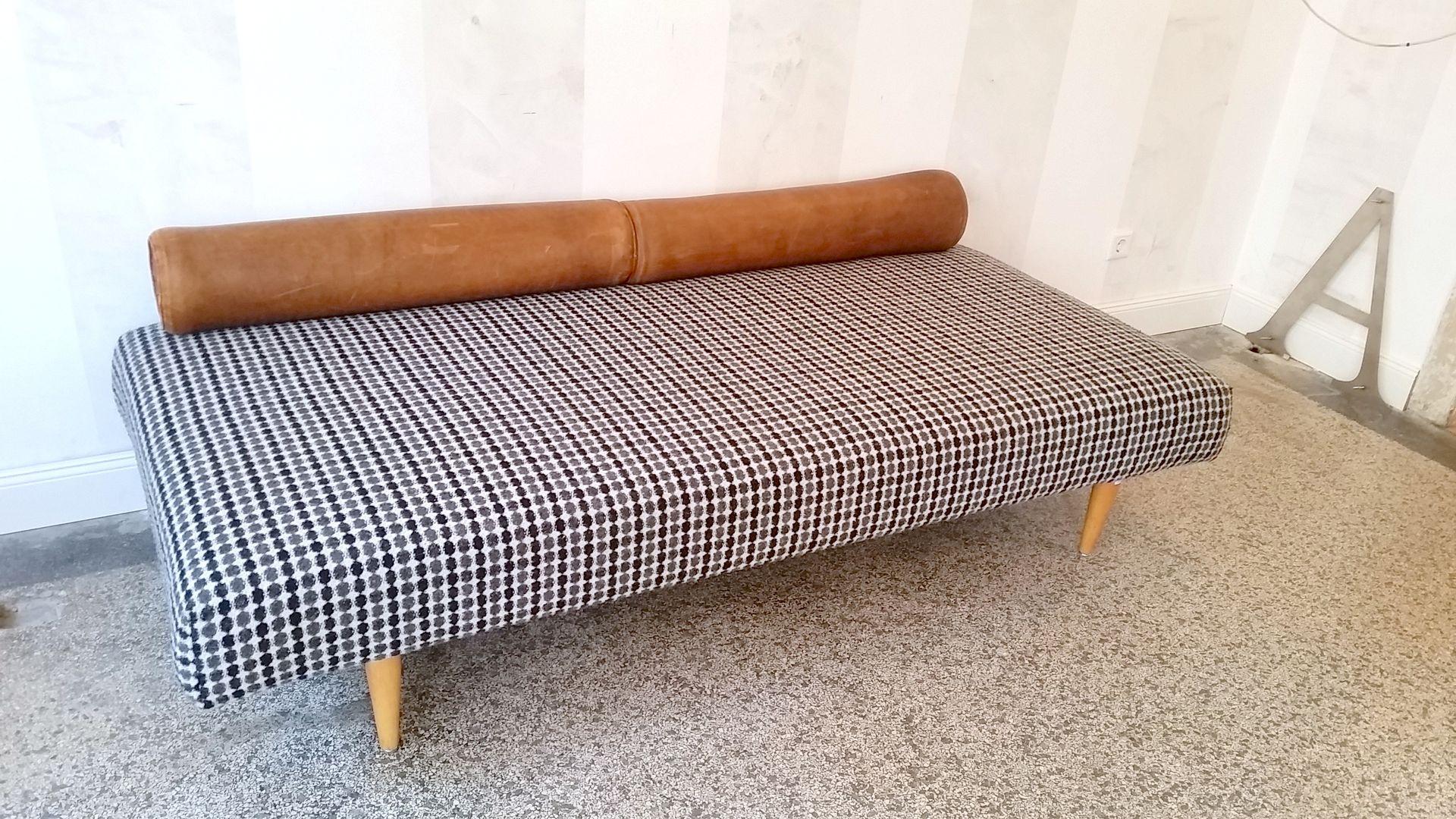 Divan vintage gris avec traversins en cuir en vente sur pamono for Divan en solde