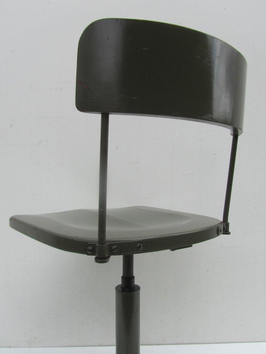 chaise de bureau pivotante industrielle en vert militaire 1930s en vente sur pamono. Black Bedroom Furniture Sets. Home Design Ideas
