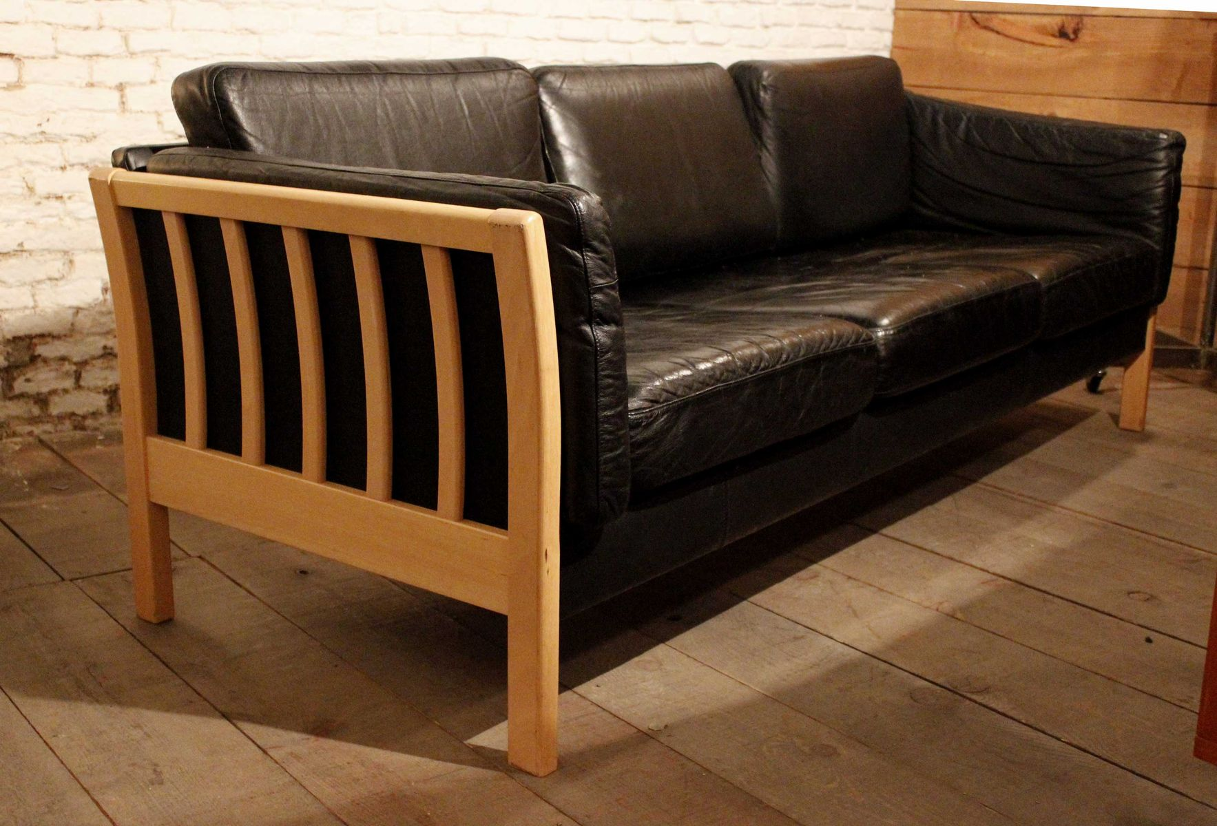 canap trois places vintage en cuir noir et h tre en vente sur pamono. Black Bedroom Furniture Sets. Home Design Ideas
