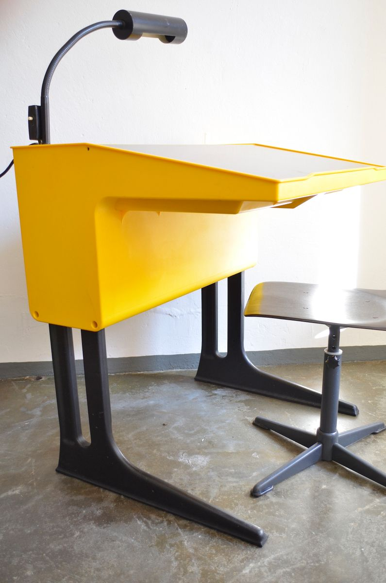 chaise et bureau d 39 enfants vintage jaunes par luigi colani pour eilmar fl totto en vente sur pamono. Black Bedroom Furniture Sets. Home Design Ideas