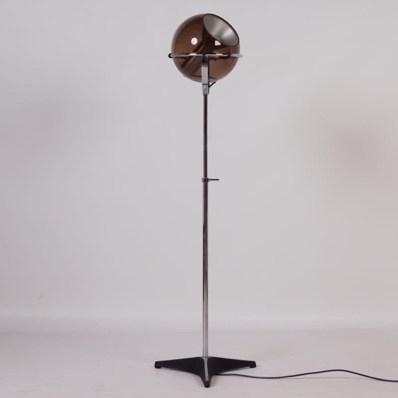 globe stehlampe mit lampenschirm aus rauchglas von frank ligtelijn f r raak 1960er bei pamono. Black Bedroom Furniture Sets. Home Design Ideas