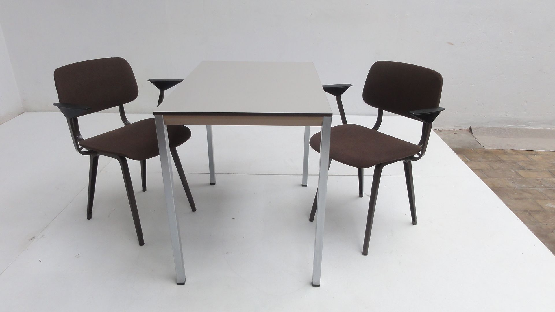 Facet table and revolt chair dining set by friso kramer for ahrend de cirkel for sale at pamono - Kamer dining ...