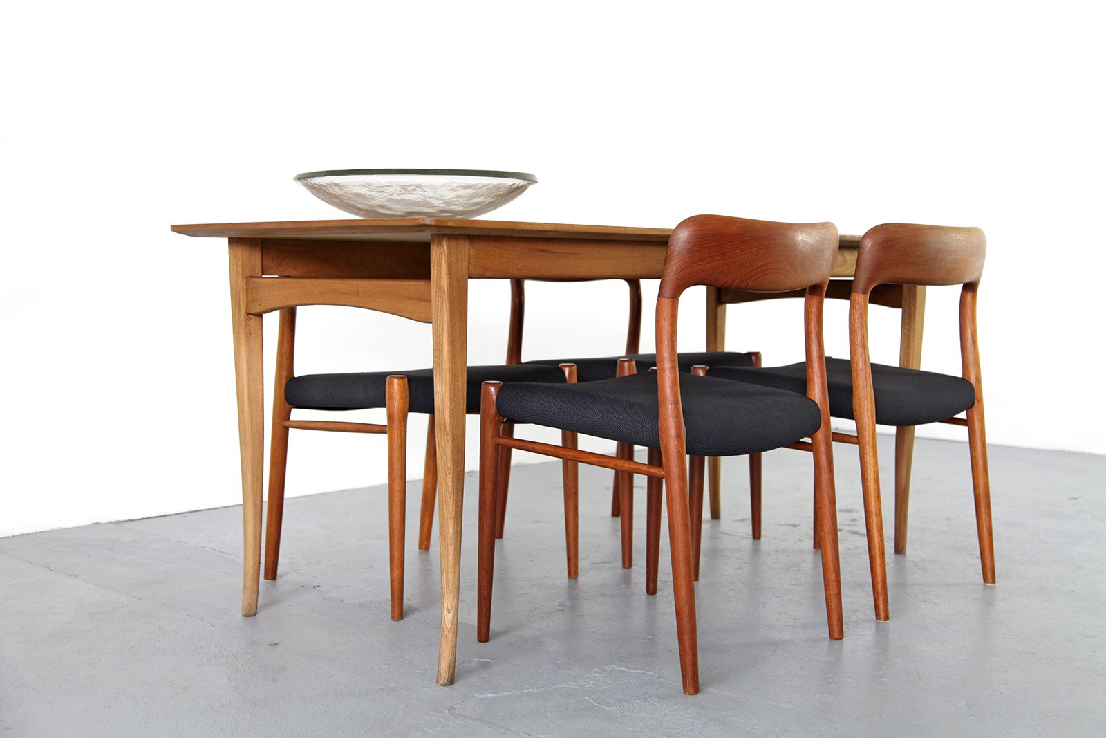 Danish modern teak oak dining table 1960 for sale at pamono for Modern oak dining table