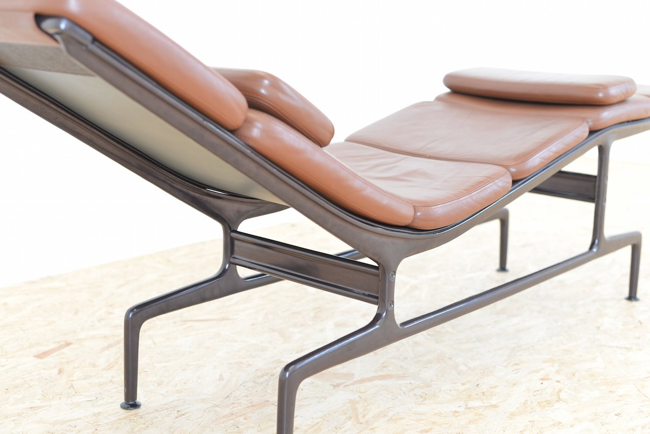 Brown leather es 106 chaise longue by ray and charles for Chaise charles eames tissu