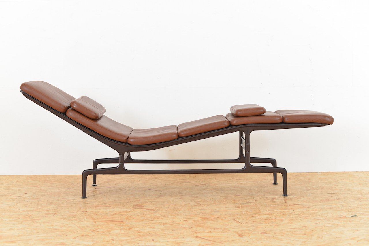 Brown leather es 106 chaise longue by ray and charles for Chaise imitation charles eames