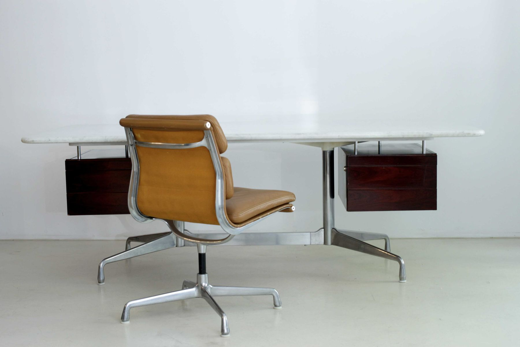 Desk by charles ray eames for mobilier international for Eames mobilier