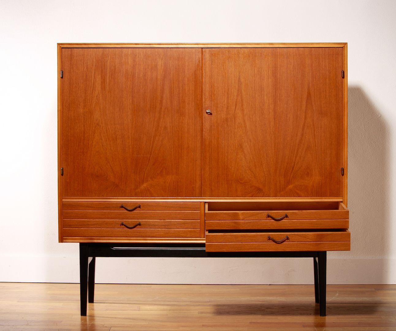 Teak Schrank mit Vier Schubladen und Zwei Türen, 1950er bei Pamono ...