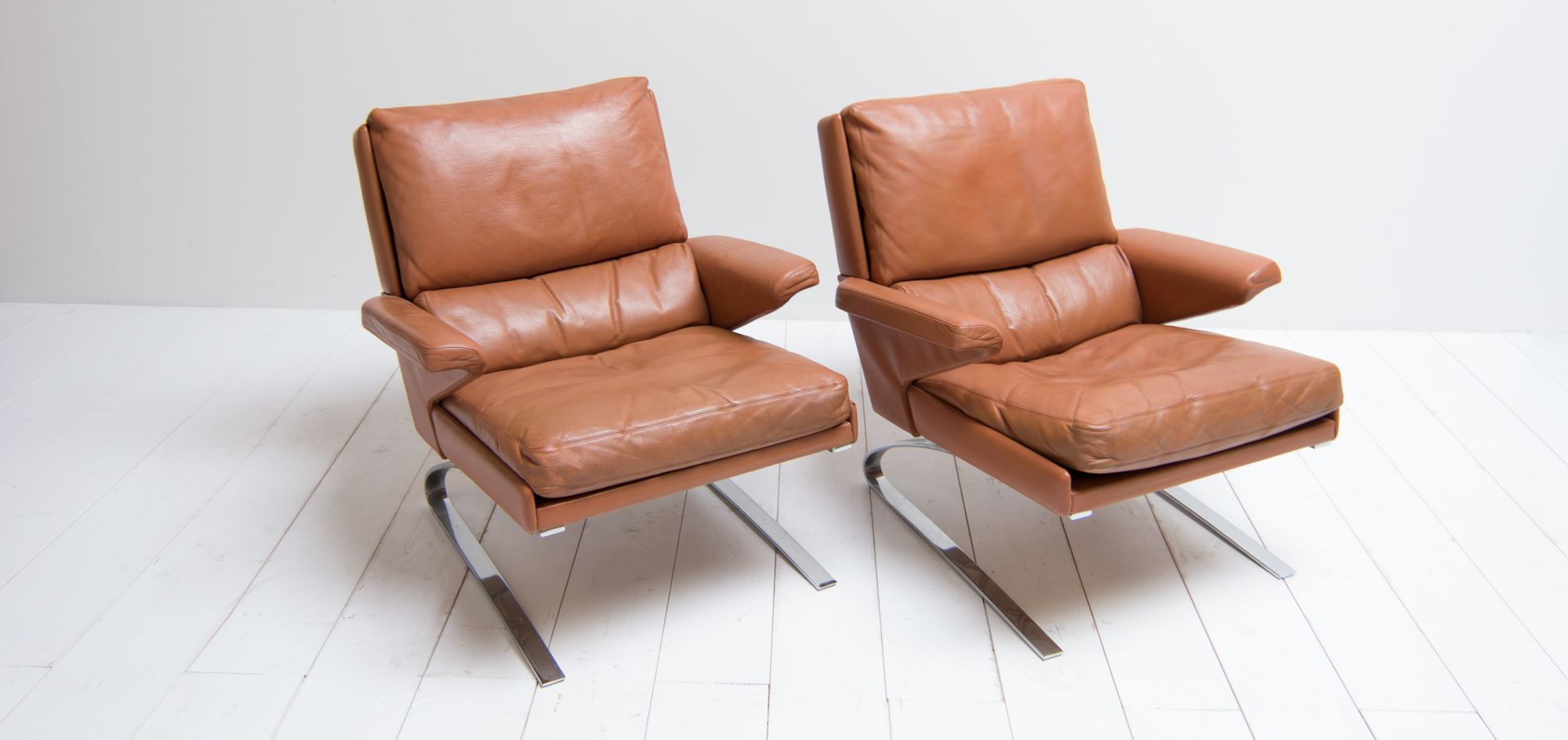Swing lounge chairs with cognac leather upholstery from for Cognac design