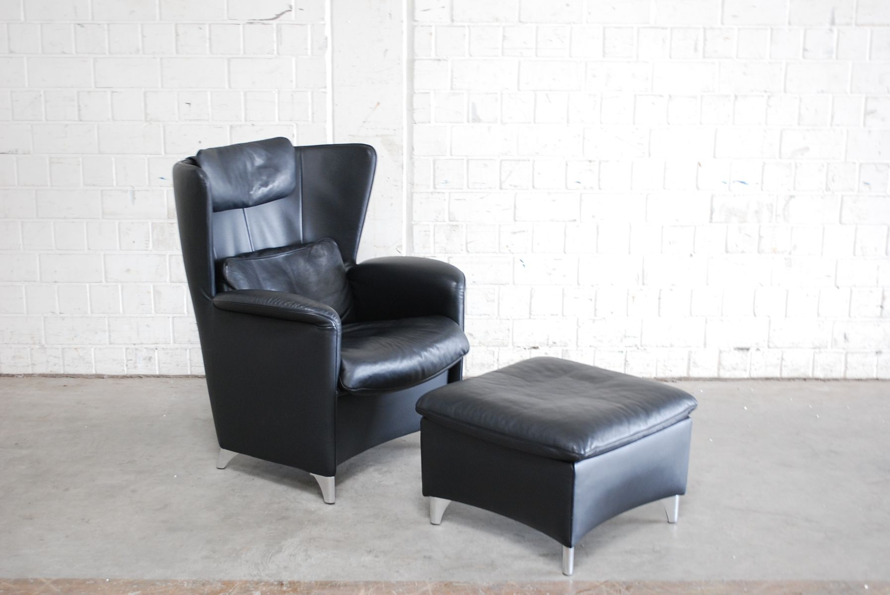 fauteuil oreilles et ottomane ds 23 en cuir noir par. Black Bedroom Furniture Sets. Home Design Ideas
