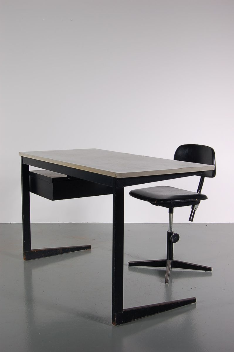 schwarzer metall schreibtisch und stuhl set von friso kramer f r ahrend de c rkel 1960er bei. Black Bedroom Furniture Sets. Home Design Ideas