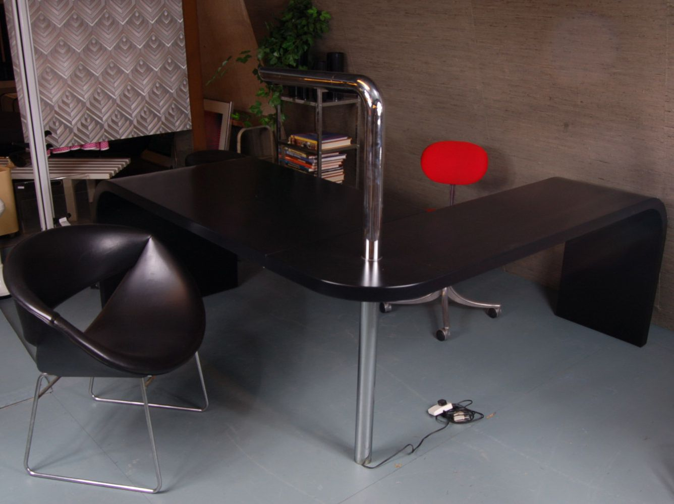 bureau avec lampe int gr e en chrome italie 1970s en vente sur pamono. Black Bedroom Furniture Sets. Home Design Ideas