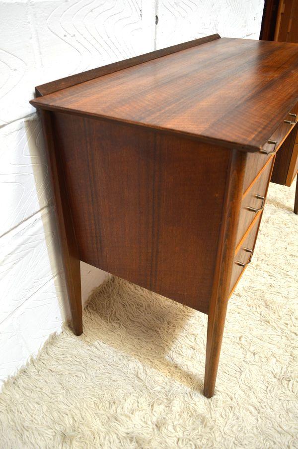 symmetrischer mid century nussholz schreibtisch bei pamono. Black Bedroom Furniture Sets. Home Design Ideas