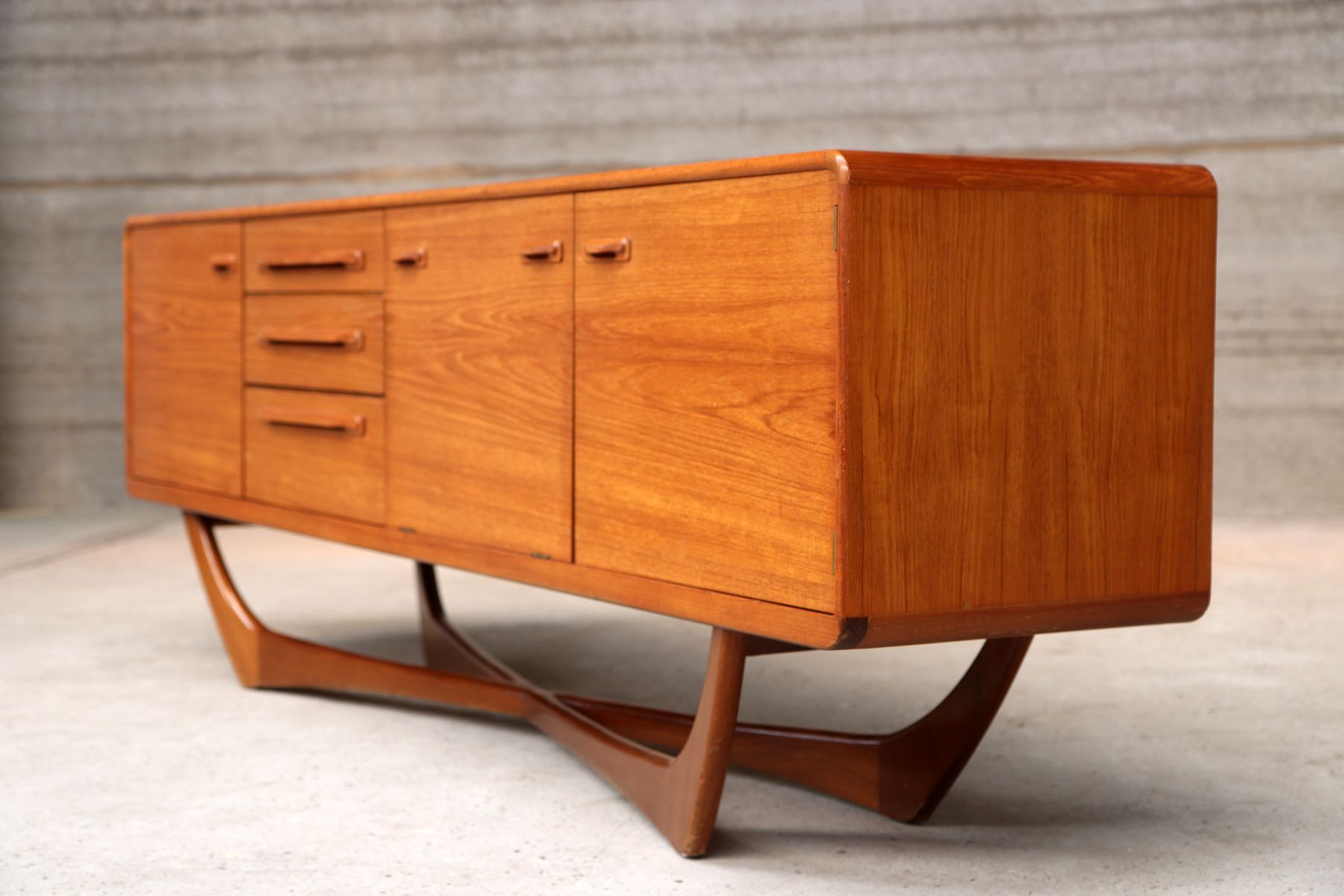 italienisches vintage sideboard aus teakholz 1960er bei pamono kaufen. Black Bedroom Furniture Sets. Home Design Ideas