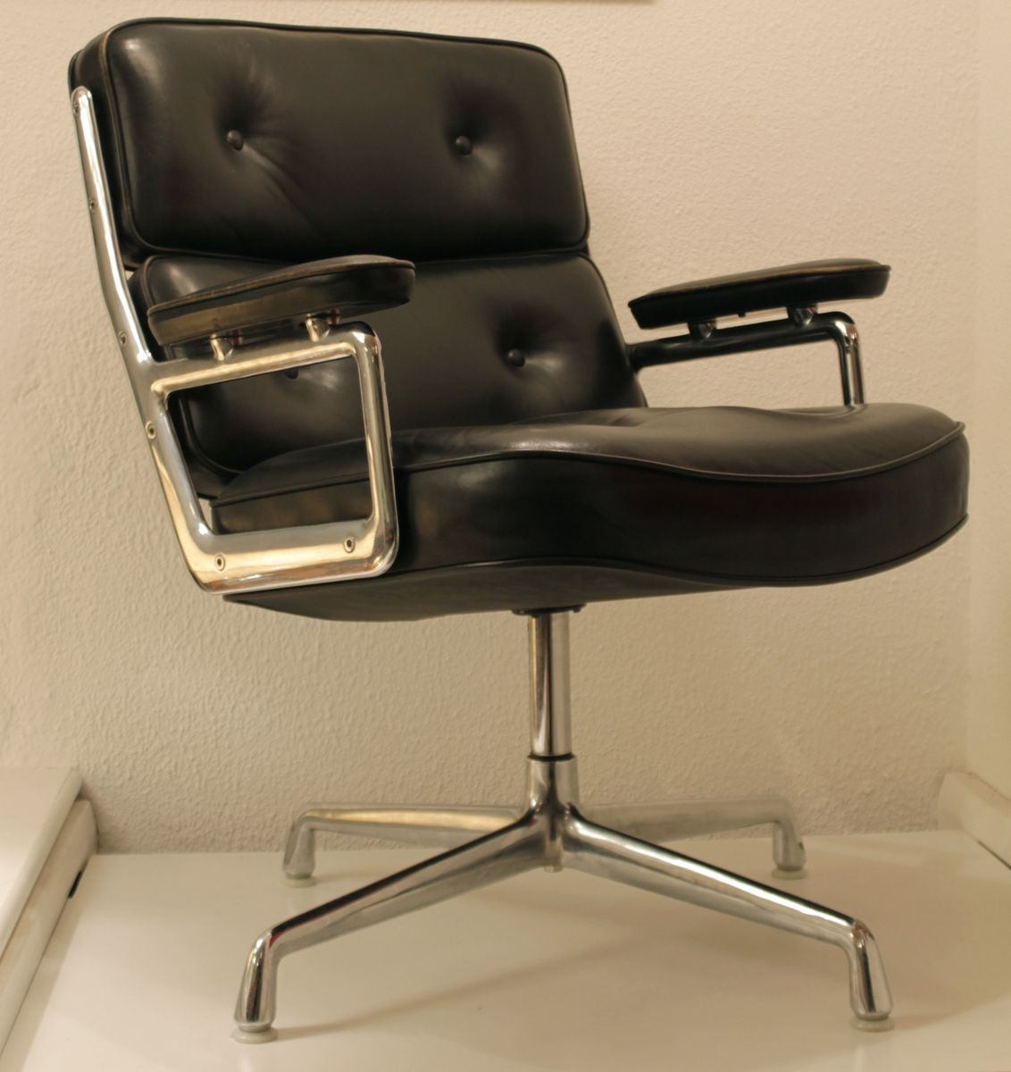 Lobby chair by charles ray eames for vitra 1980s en for Vitra eames prix