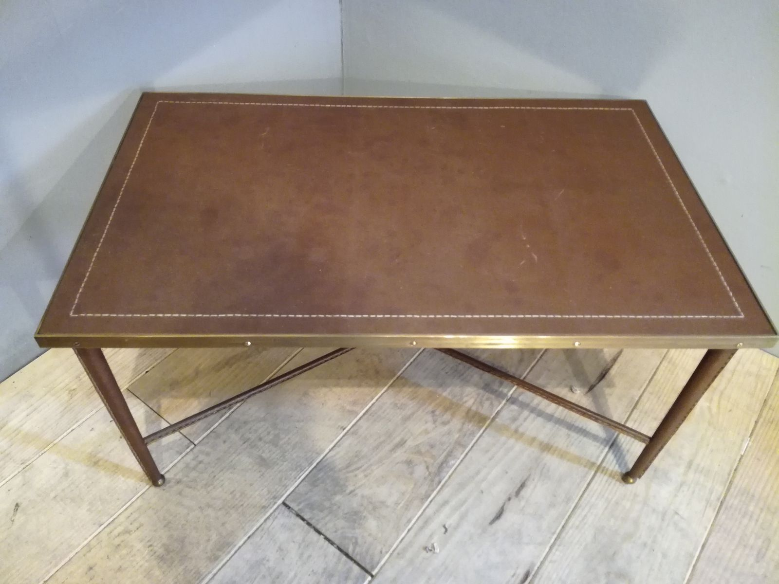 table basse vintage recouverte de cuir en vente sur pamono. Black Bedroom Furniture Sets. Home Design Ideas