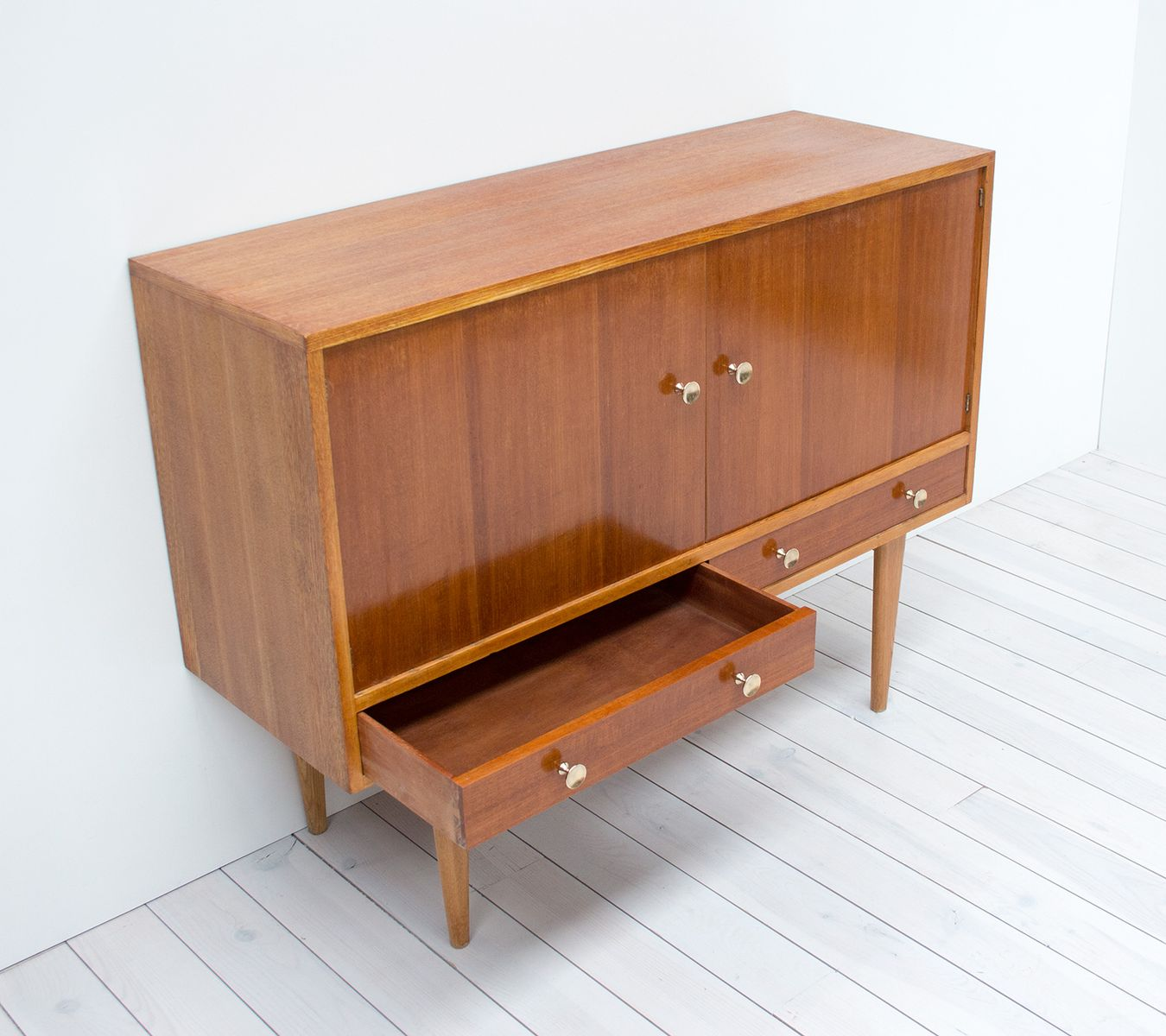 Oak indian laurel sideboard by gordon russell 1950s for for Sideboard indien