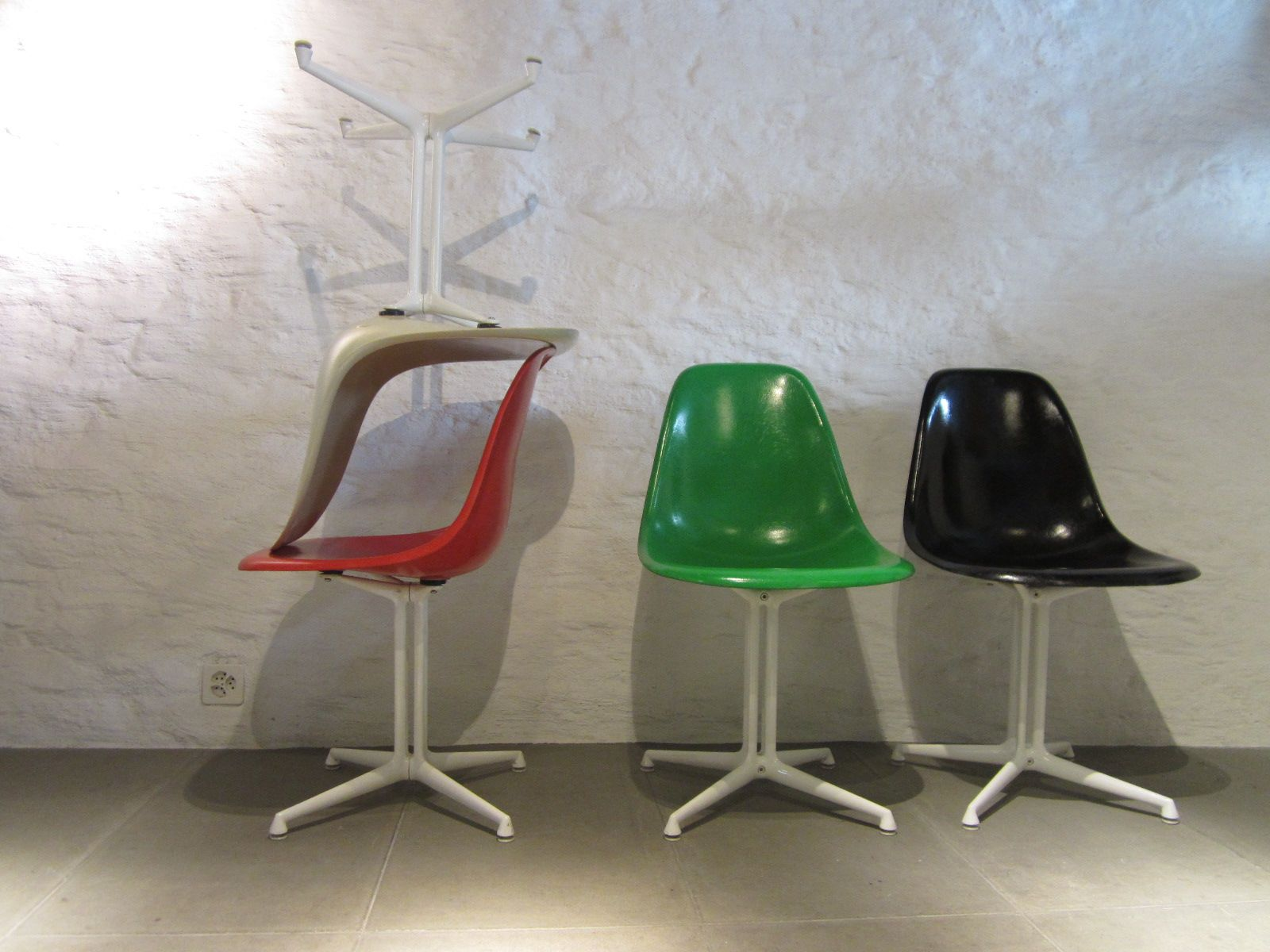 chaises d 39 appoint multicolore en fibres de verre par charles ray eames pour herman miller. Black Bedroom Furniture Sets. Home Design Ideas