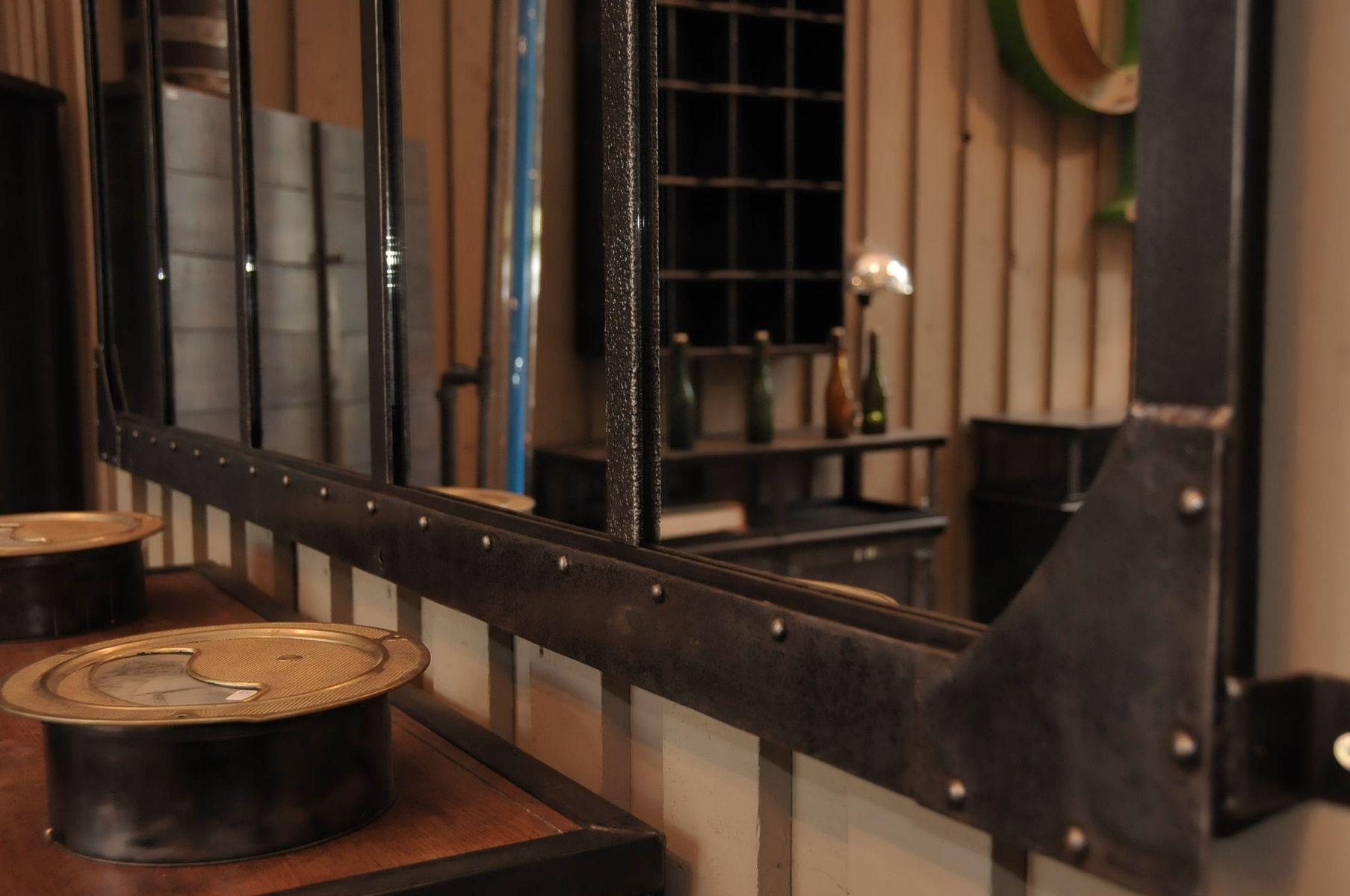 wandspiegel aus einem alten fabrikfenster bei pamono kaufen. Black Bedroom Furniture Sets. Home Design Ideas