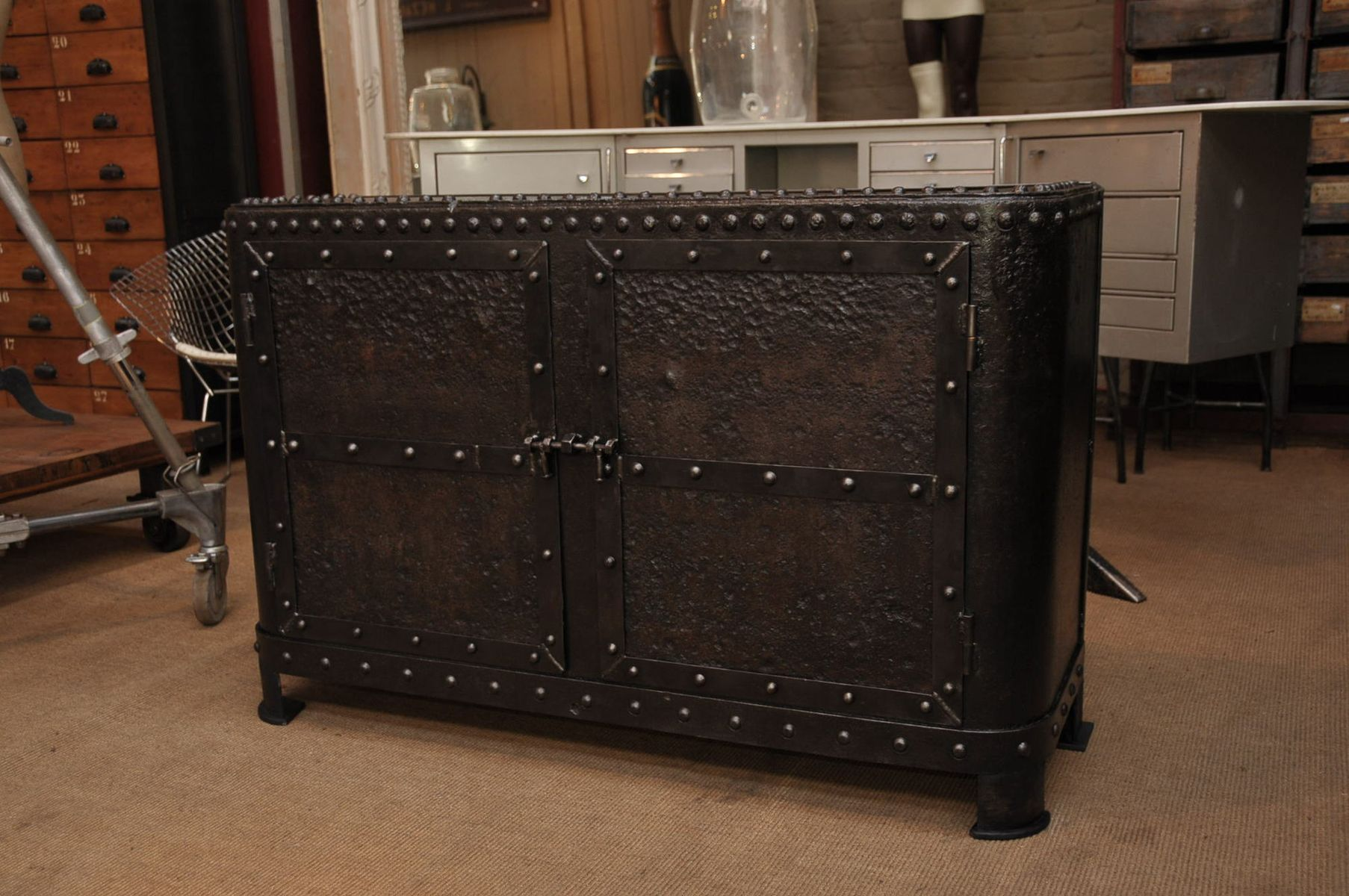 industrielles metall sideboard 1900er bei pamono kaufen. Black Bedroom Furniture Sets. Home Design Ideas