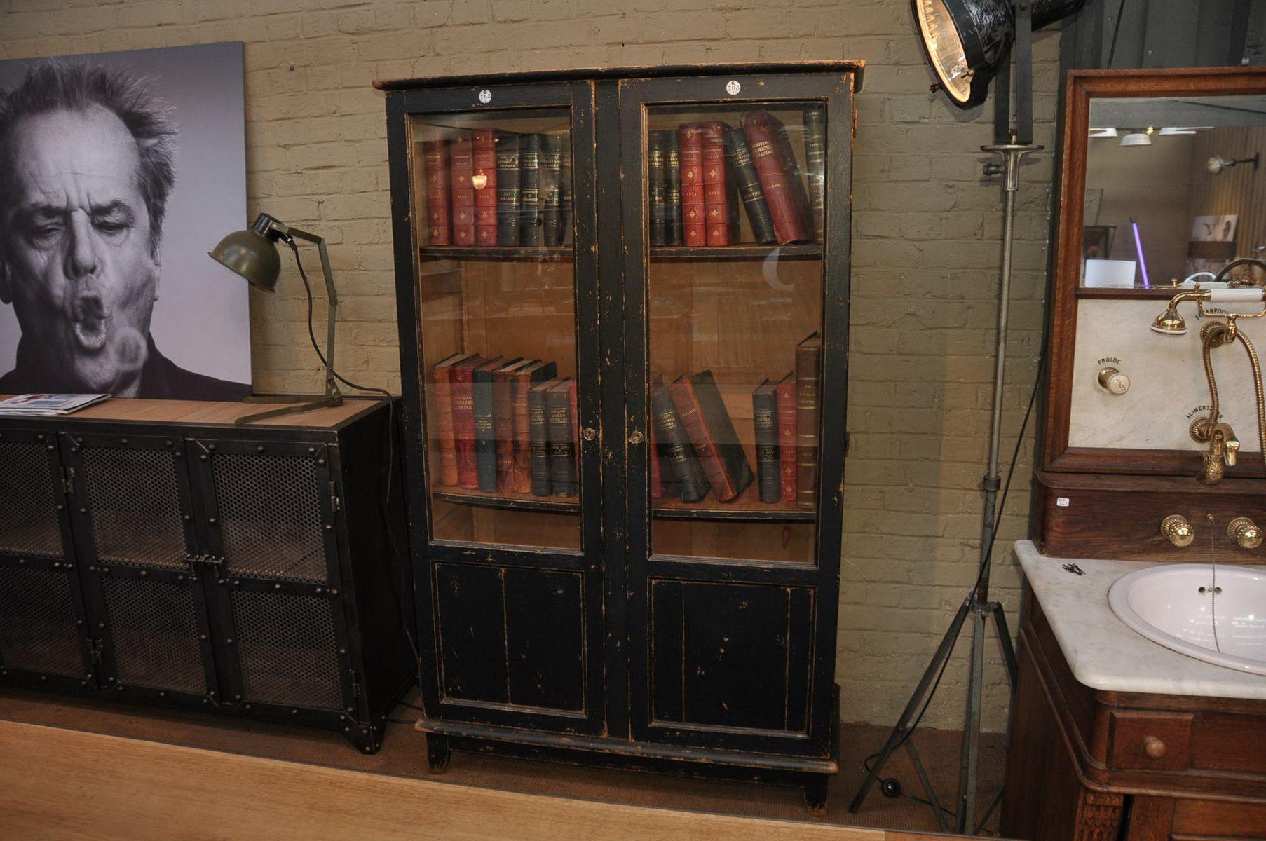 b cherregal mit glast ren 1920er bei pamono kaufen. Black Bedroom Furniture Sets. Home Design Ideas