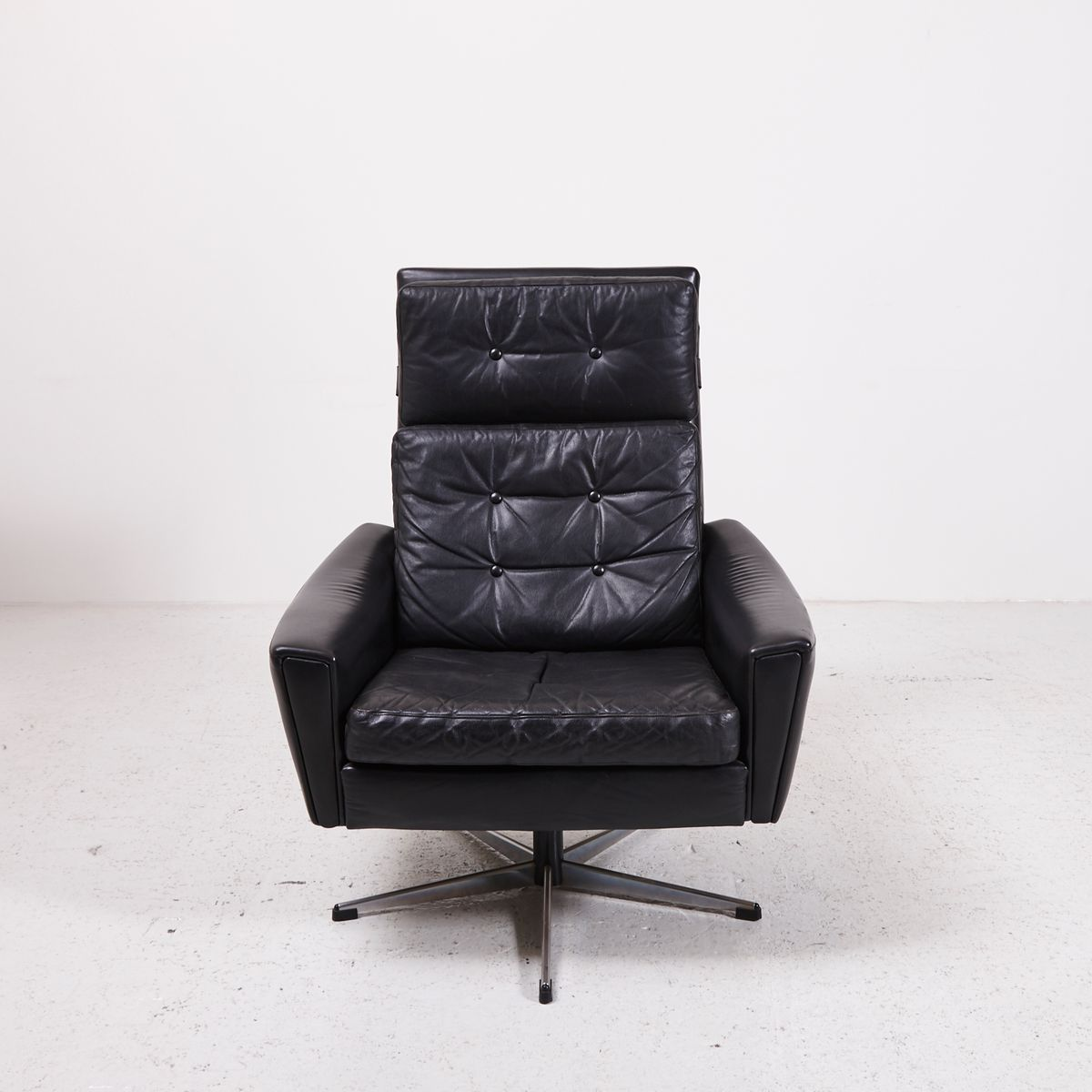 schwarzer drehsessel aus leder mit fu in sternenform. Black Bedroom Furniture Sets. Home Design Ideas