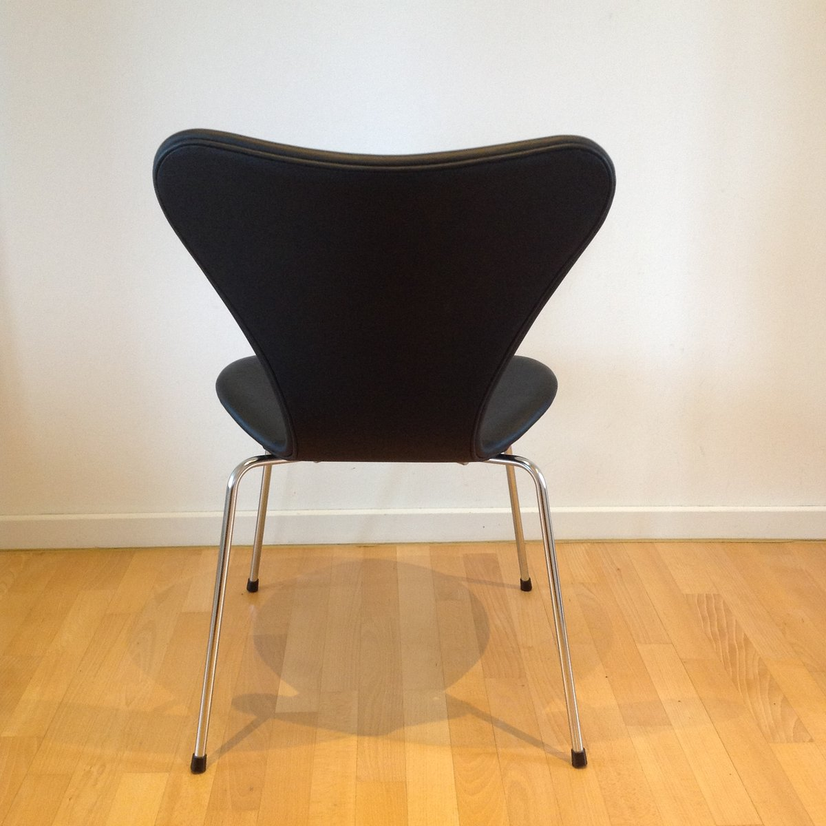 3107 syveren classic dining chair in black by arne for Black dining chairs for sale