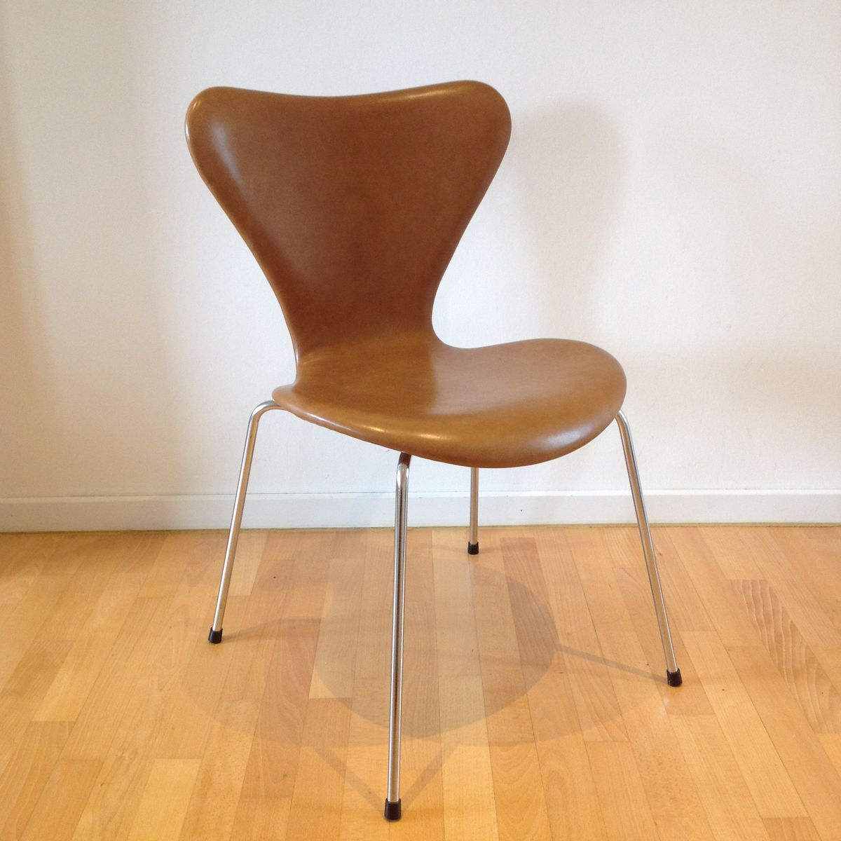 3107 syveren classic dining chair in brown by arne for Arne jacobsen nachbau
