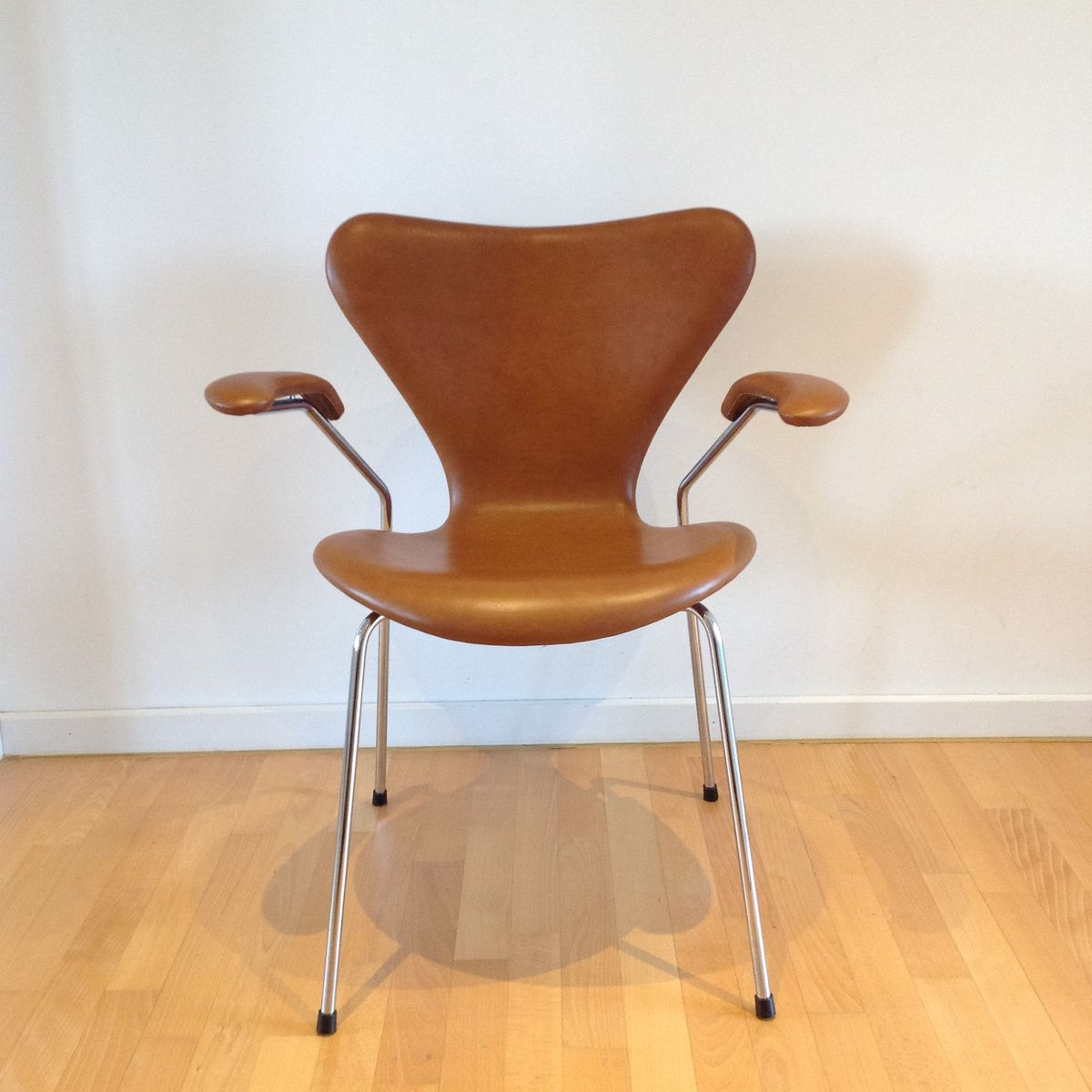 3207 syveren elegance dining chair in brown by arne for Arne jacobsen nachbau