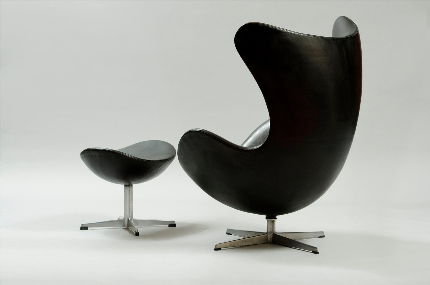 egg chair and ottoman by arne jacobsen for fritz hansen. Black Bedroom Furniture Sets. Home Design Ideas