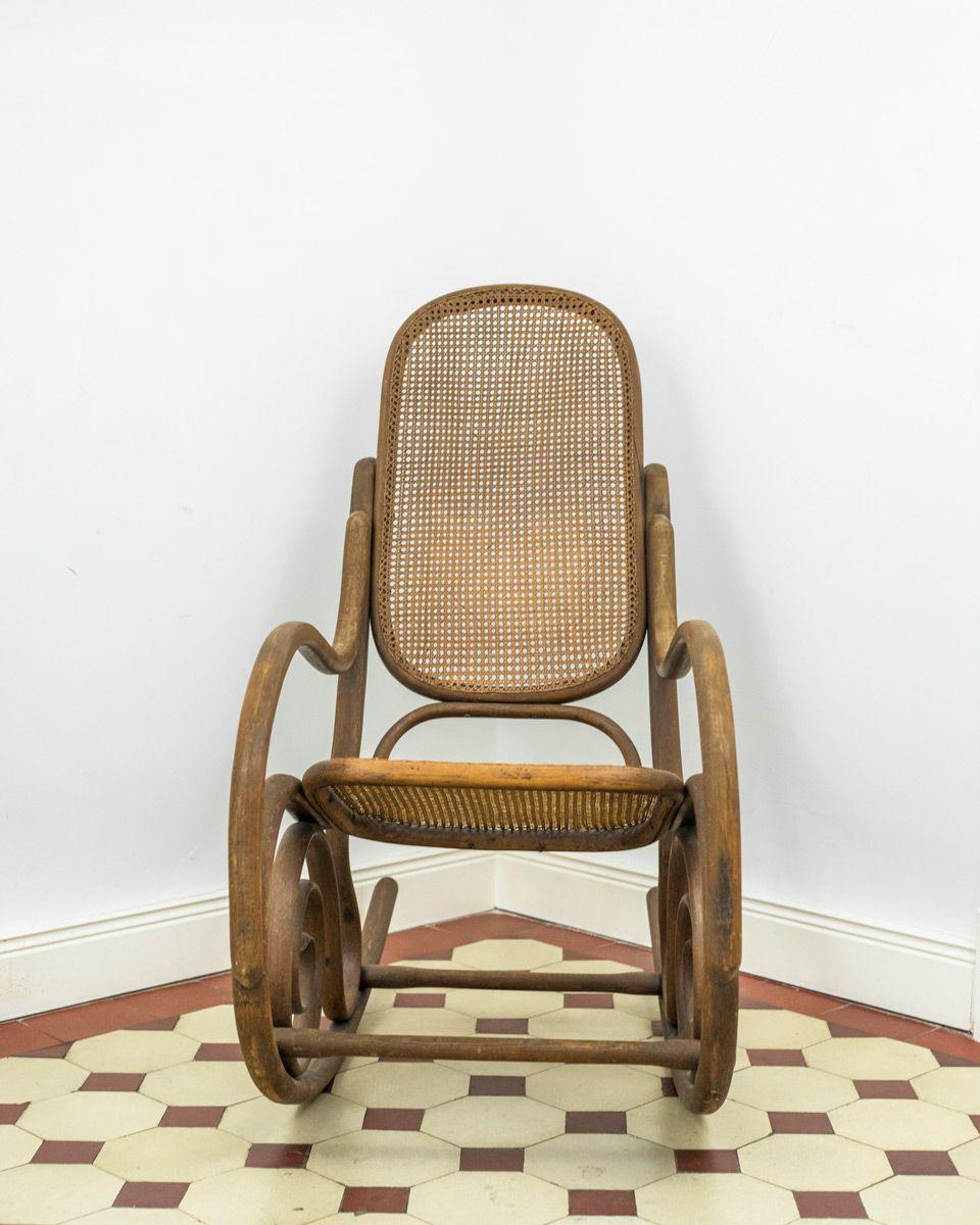 Antiker schaukelstuhl aus rohrgeflecht von michael thonet for Antiker schaukelstuhl