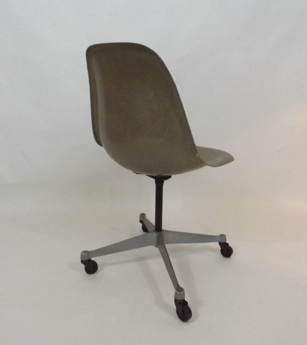 office chair by charles and ray eames for herman miller 1960s for sale at pamono. Black Bedroom Furniture Sets. Home Design Ideas